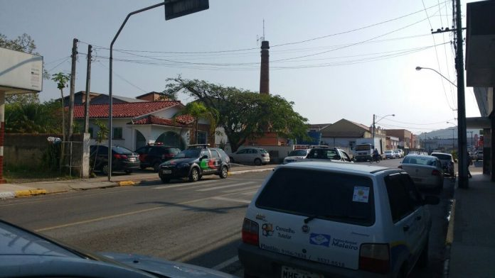 Polícia Civil recolhe documentos em escritório de advocacia, em Meleiro