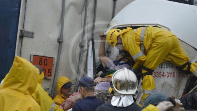 Colisão entre caminhão e carreta deixa motorista gravemente ferido na BR-101