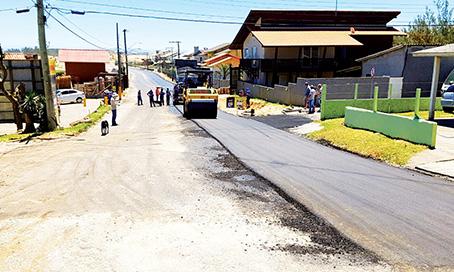 Asfalto começa a ser colocado no Farol de Santa Marta
