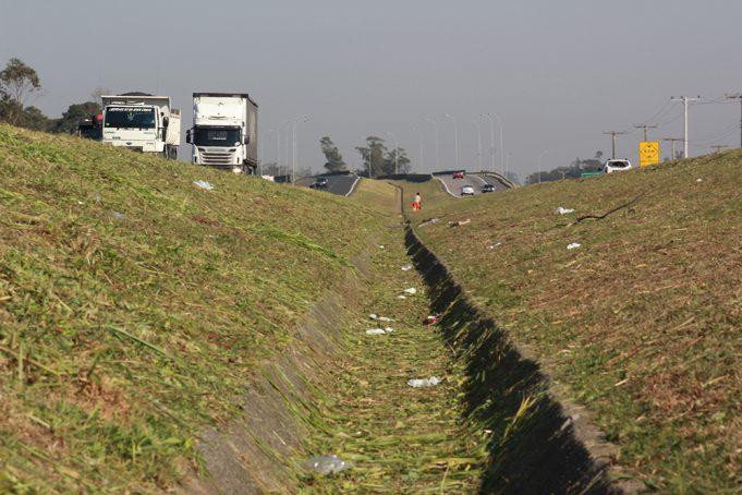 Melhorias em drenagem vão interromper faixas da BR-101 Sul nesta terça-feira, 07 (1)