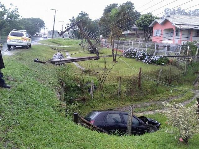 Motorista perde controle do carro, sai da pista e bate em poste em Gravatal
