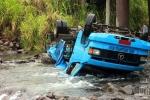 Caminhão com placas de Orleans cai de ponte e tomba dentro do rio, em Siderópolis