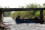 Caminhão com placas de Orleans cai de ponte e tomba dentro do rio, em Siderópolis2