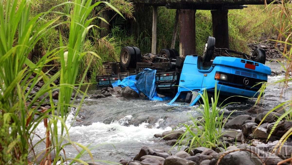 Caminhão com placas de Orleans cai de ponte e tomba dentro do rio, em Siderópolis3
