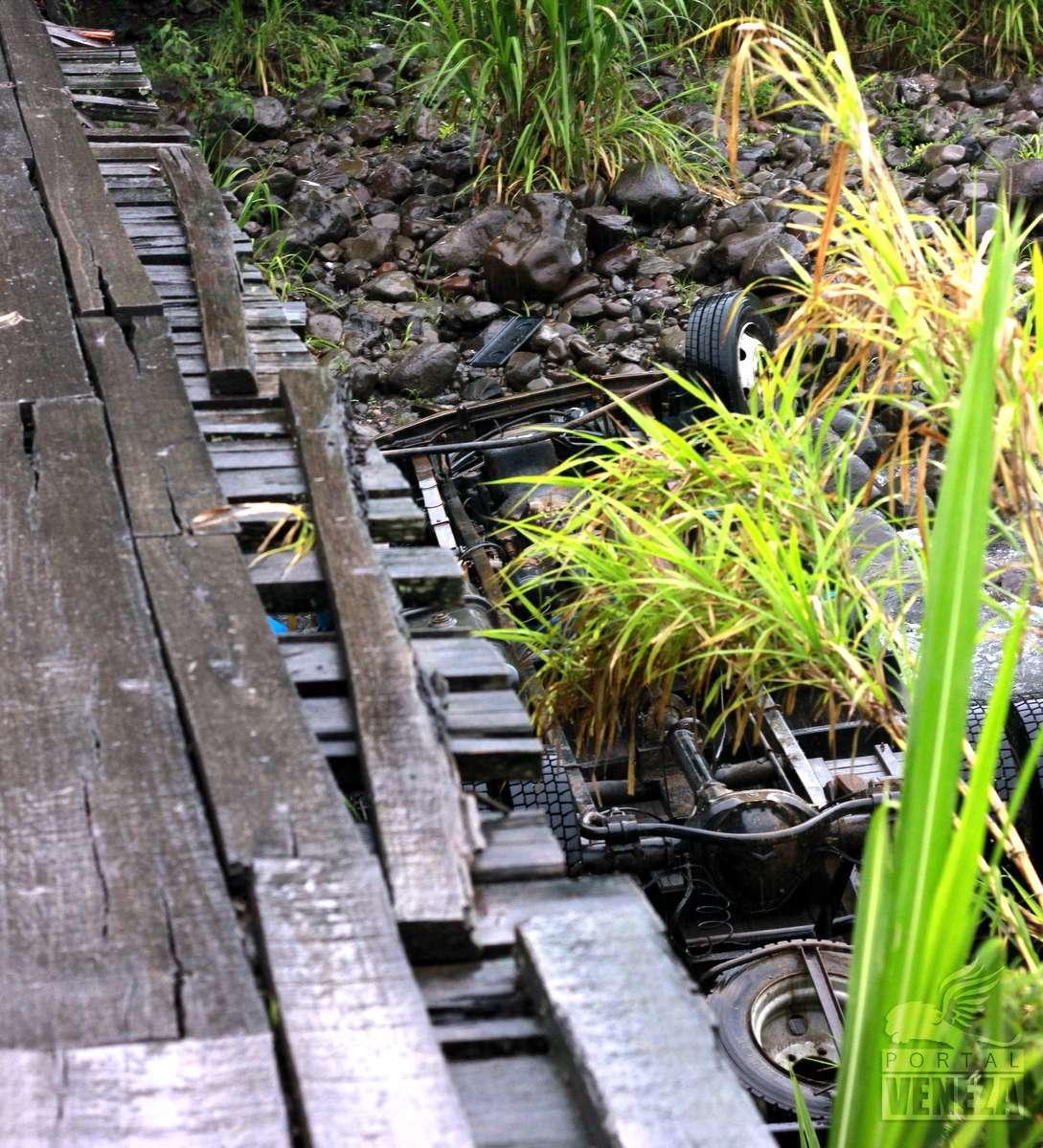 Caminhão com placas de Orleans cai de ponte e tomba dentro do rio, em Siderópolis5