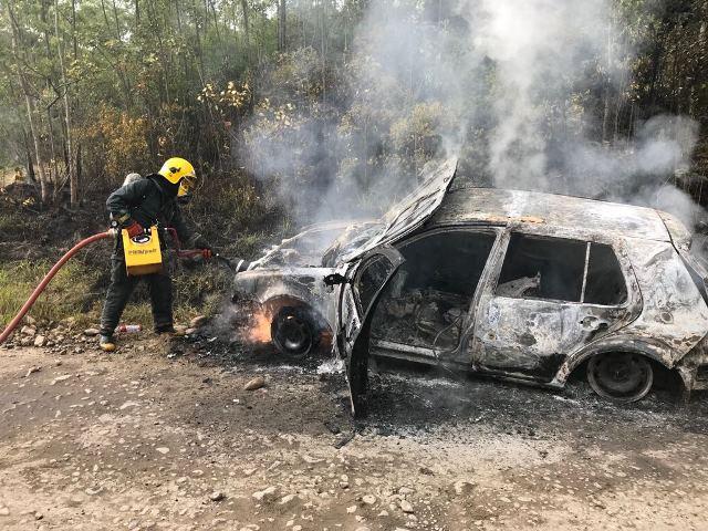 Veículo é destruído por incêndio, em Lauro Müller
