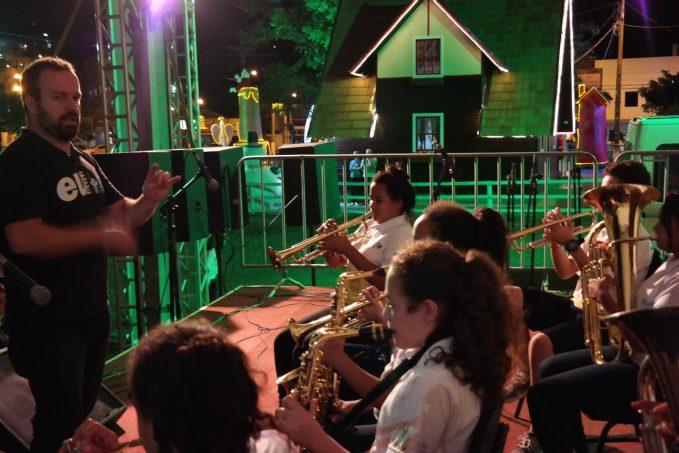 Orquestra de Metais dá show na Vila Natalina em Morro da Fumaça