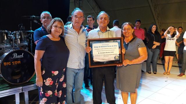 Prefeito e primeira-dama entregam homenagem ao Amigo de Balneário Arroio do Silva