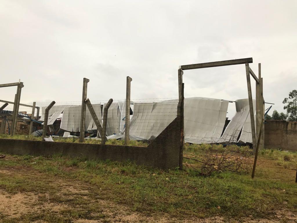 Tempestade deixa estragos pela região2