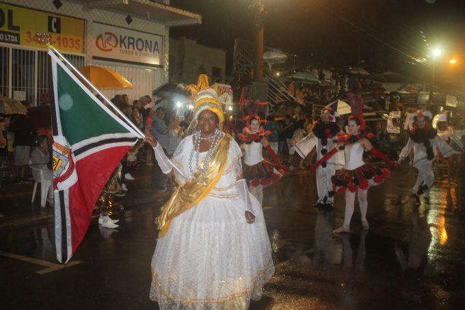 Municípios da Região Carbonífera encantam público durante desfile no CarnaRincão