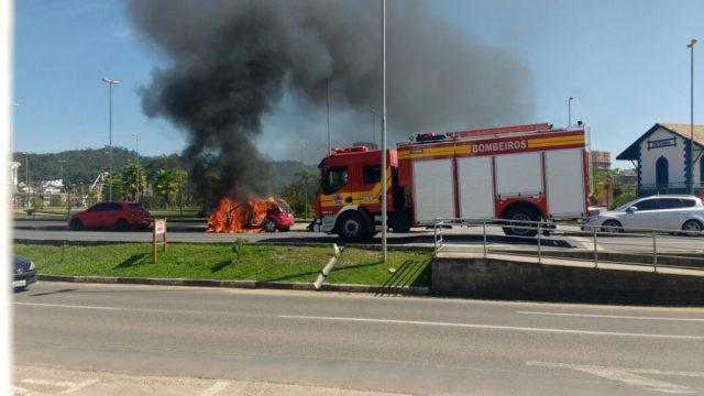 Veículo pega fogo em frente ao Parque das Nações, em Criciúma2