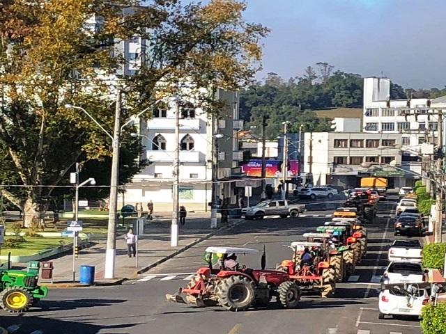 Vídeo: mais um dia de mobilização em prol dos caminhoneiros em Orleans