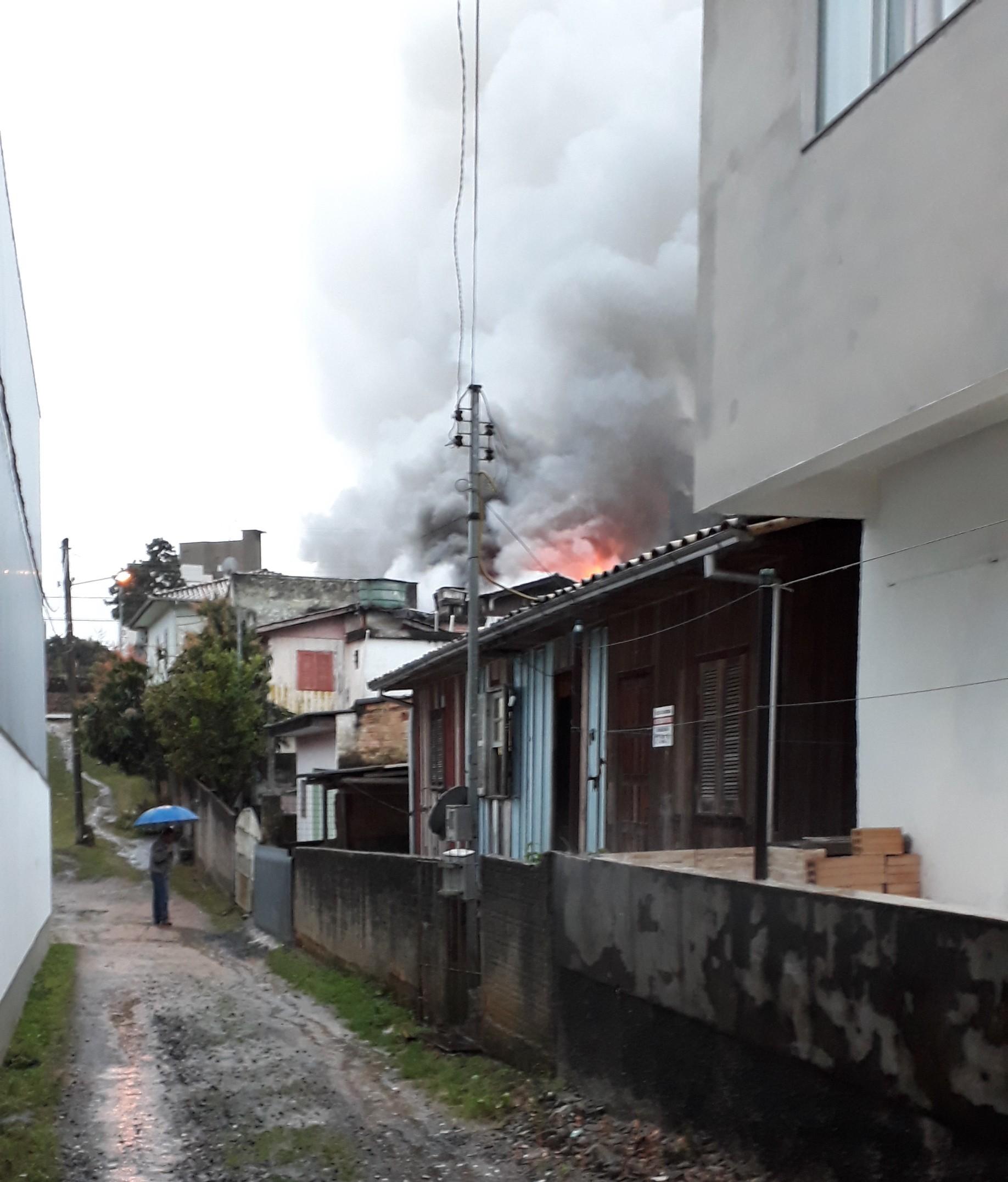 Incêndio-em-residência-no-São-Cristóvão_Suelen-Bongiolo-DN-3