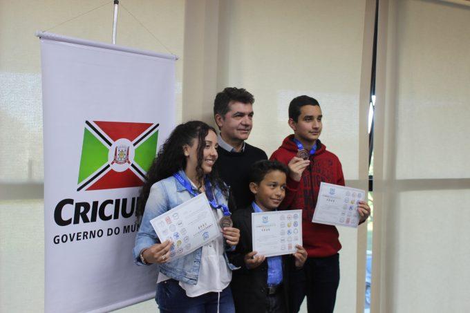 Salvaro recebe estudantes premiados Foto Guilherme Nuernberg (102)