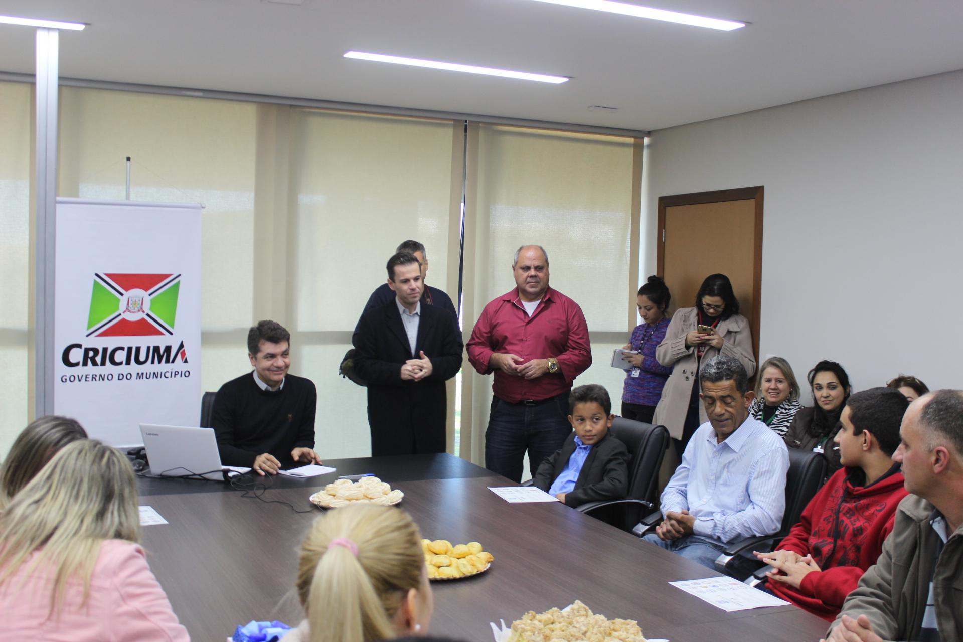 Salvaro recebe estudantes premiados Foto Guilherme Nuernberg (37)