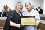 Vereadora Roseny (E) entrega homenagem à Aleide Letss Capanema (D)
