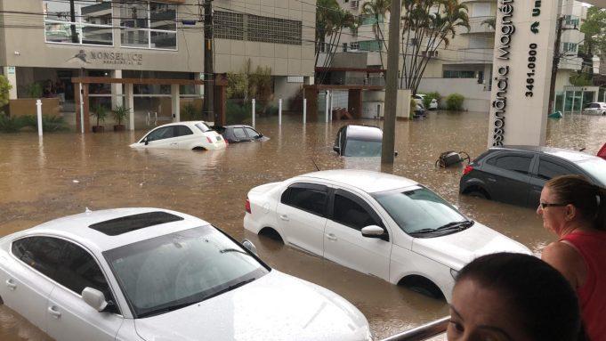 Chuva forte deixa ruas alagadas em Criciúma1