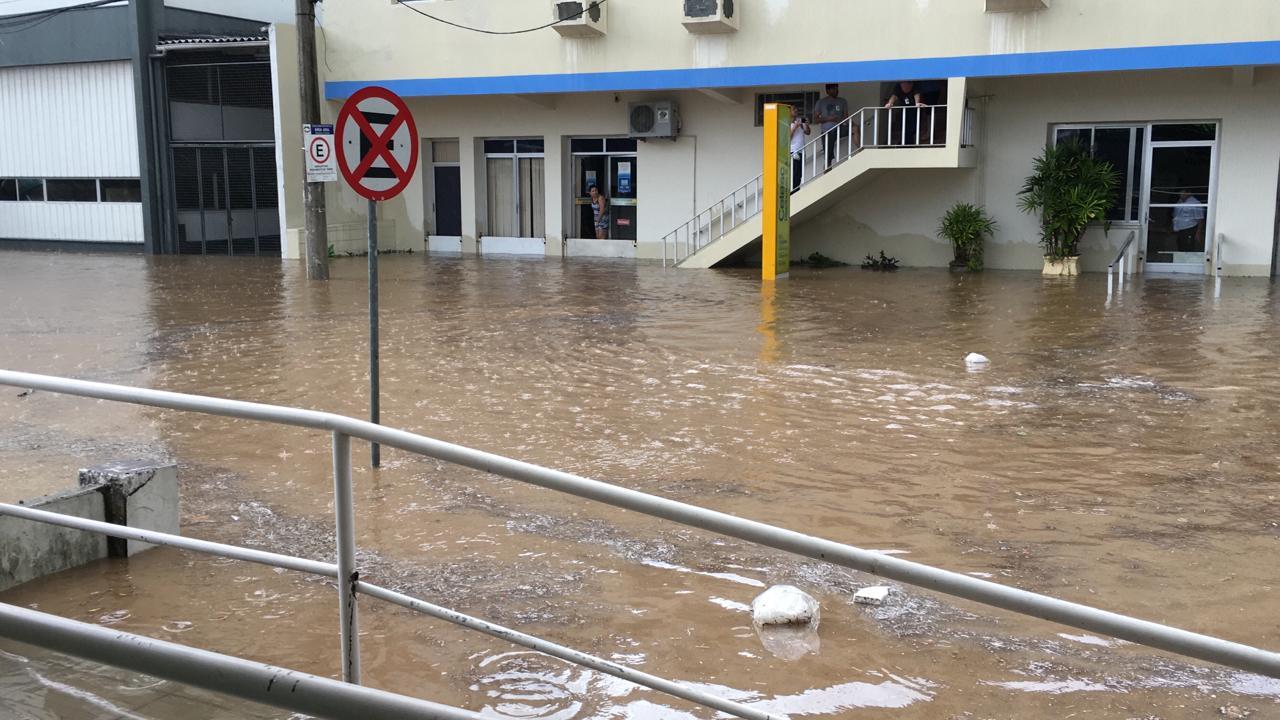 Chuva forte deixa ruas alagadas em Criciúma4