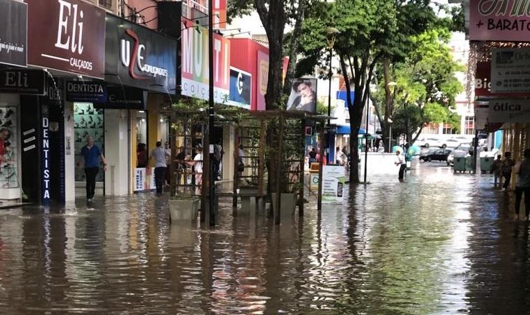 Chuva forte deixa ruas alagadas em Criciúma5