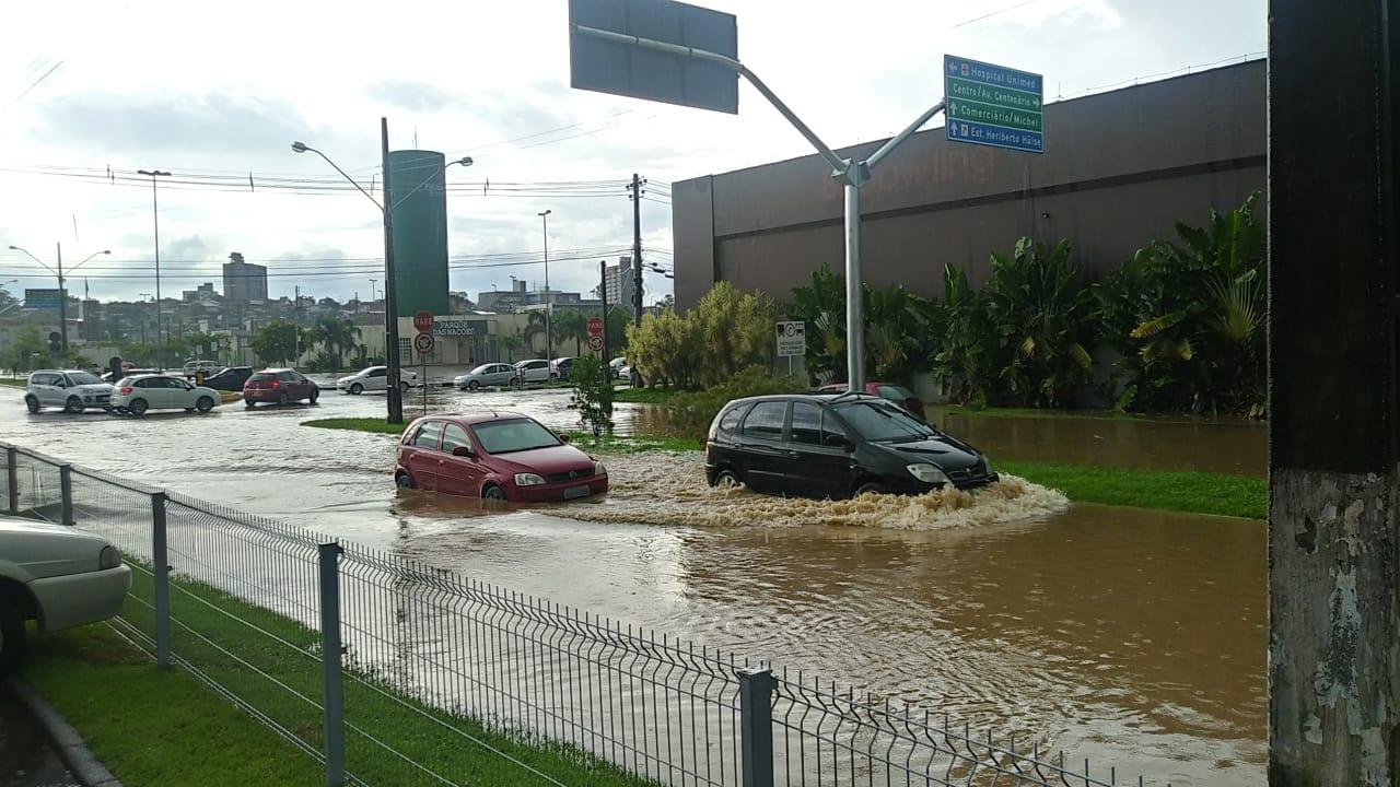 Chuva forte deixa ruas alagadas em Criciúma7