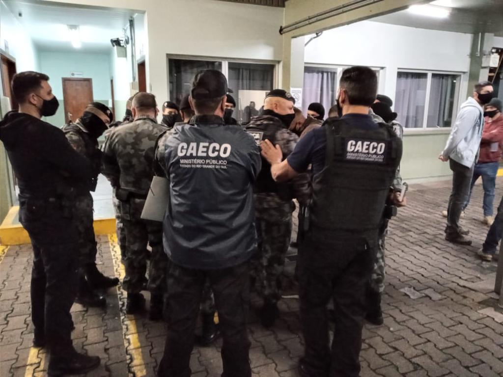 Operação que visa desarticular facção comandada de dentro de penitenciária apreende quase R$ 2 milhões