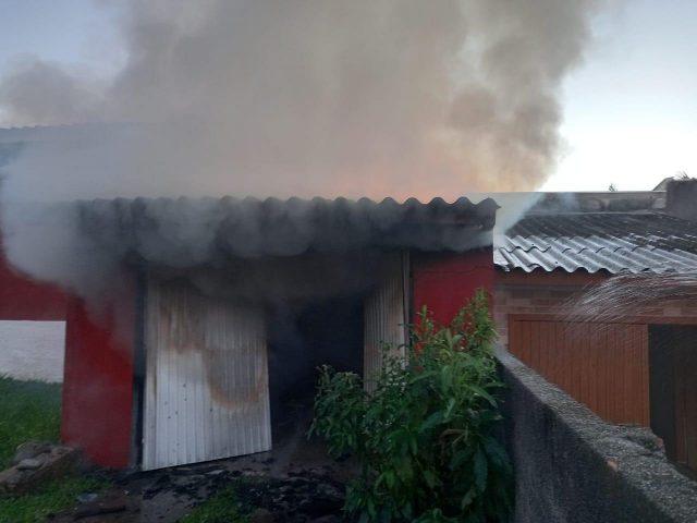 Bombeiros combatem incêndio a garagem de residência em Içara
