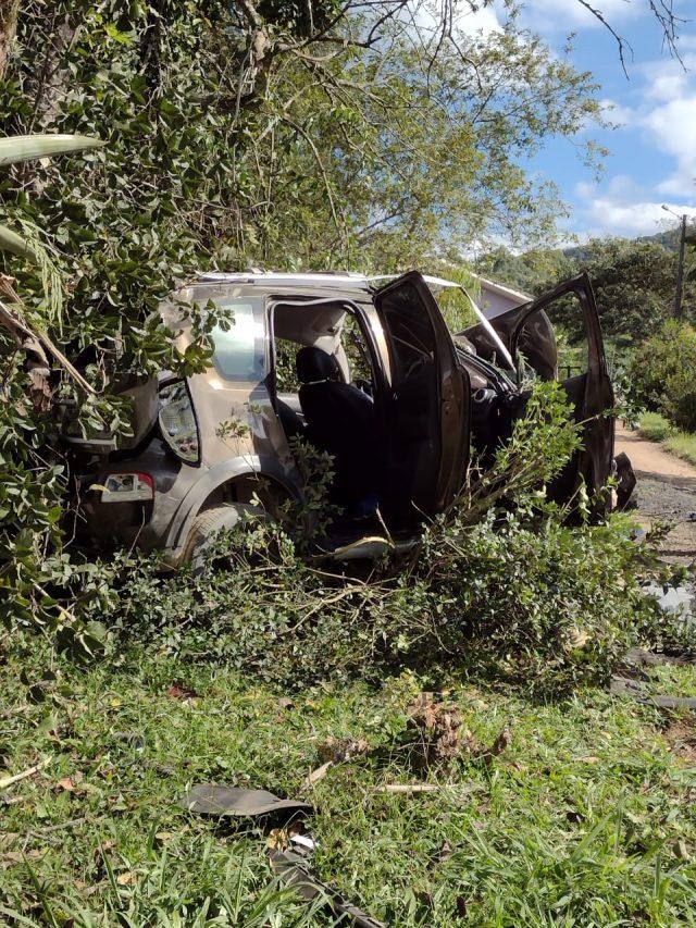 Veículo com placas de Orleans capota na SC-108, em Urussanga