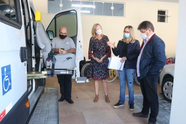 APAE de Orleans recebe novo micro-ônibus