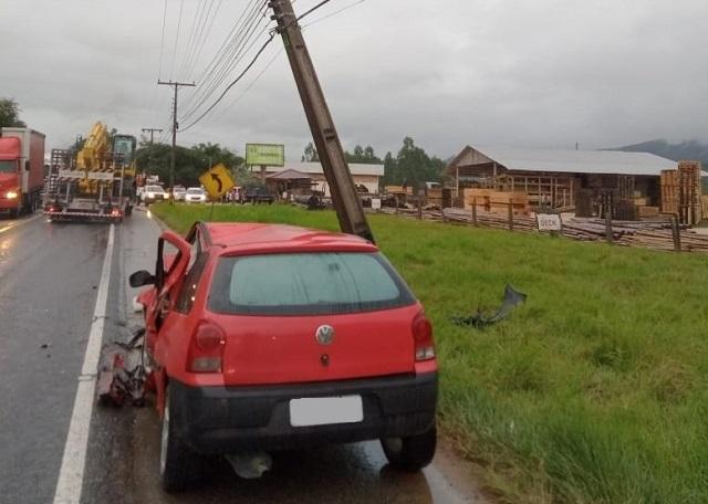 Veículo colide em poste na SC-370, em Braço do Norte