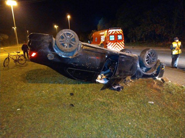 Veículo é abandonado após capotamento em Criciúma