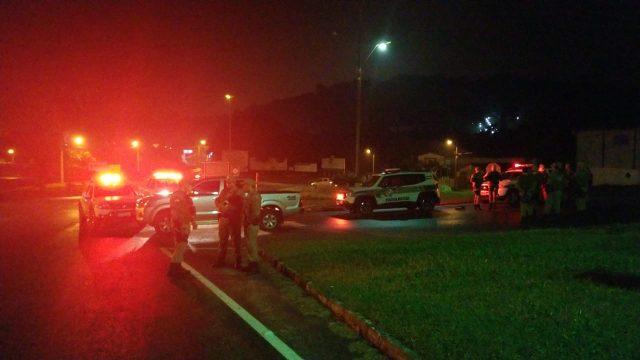 Dupla assalta residência, rouba veículo é pega pela PM de Orleans após perseguição