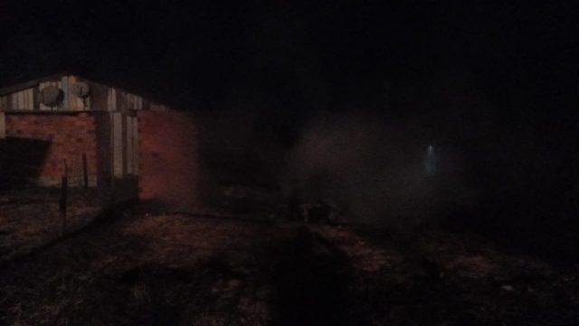 Residência de madeira é destruída por incêndio na Praia do Torneiro, em Jaguaruna