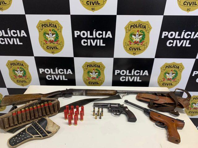 Polícia Civil de Orleans prende homem por ameaçar vizinhos com armas de fogo