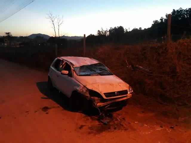 Adolescente fica ferido após capotar veículo em Gravatal