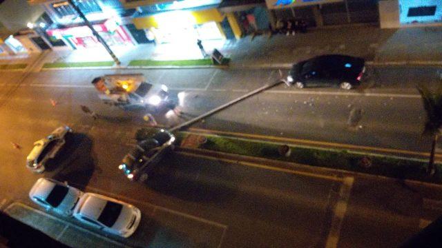 Condutor embriagado derruba poste na Avenida Felipe Schmidt, em Braço do Norte