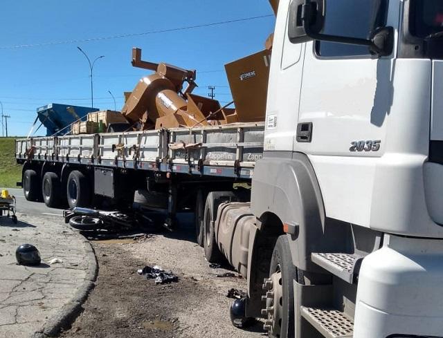 Motociclista fica em estado grave após colisão com carreta em Imbituba