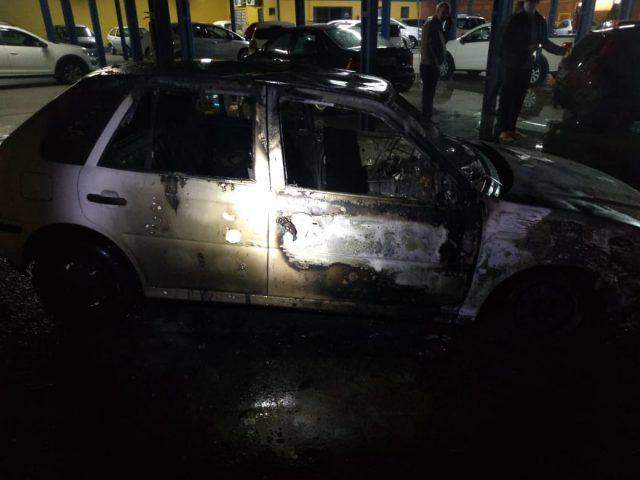 Veículo pega fogo dentro de revenda em São Ludgero