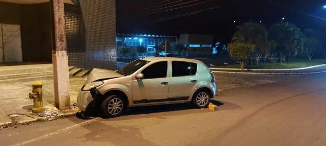 Mulher fica ferida após perder controle da direção e colidir em poste, em Orleans