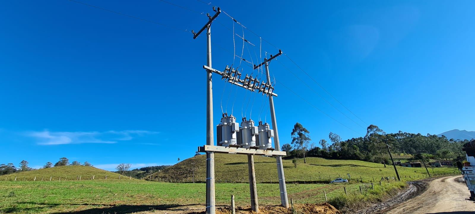 COOPERMILA instala mais uma banca de regulador de tensão na rede de distribuição