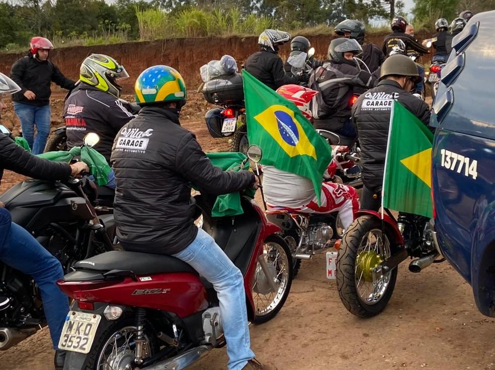 Bolsonaro participa de passeio de moto com apoiadores em SC4