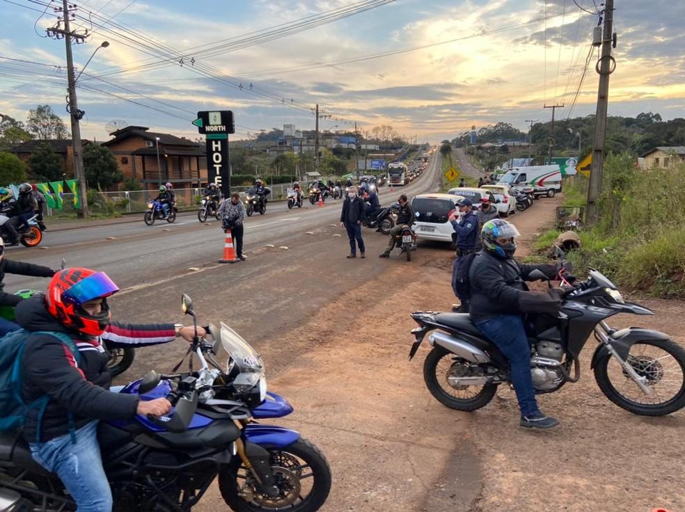 Bolsonaro participa de passeio de moto com apoiadores em SC8