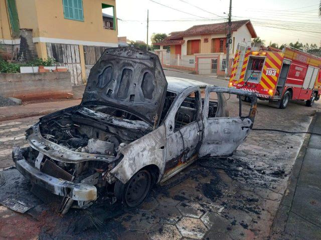 Veículo é destruído por incêndio em Içara