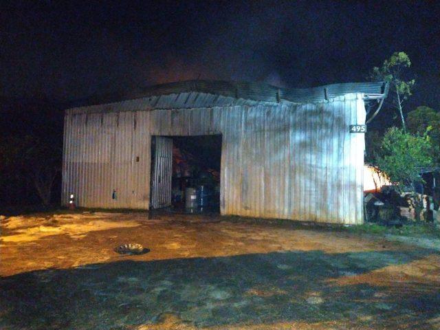 Incêndio em empresa de solventes envolve seis viaturas do Corpo de Bombeiros da região, em Criciúma