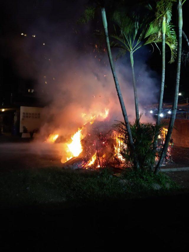 Corpo de Bombeiros de Criciúma combate incêndio em depósito de materiais para reciclagem