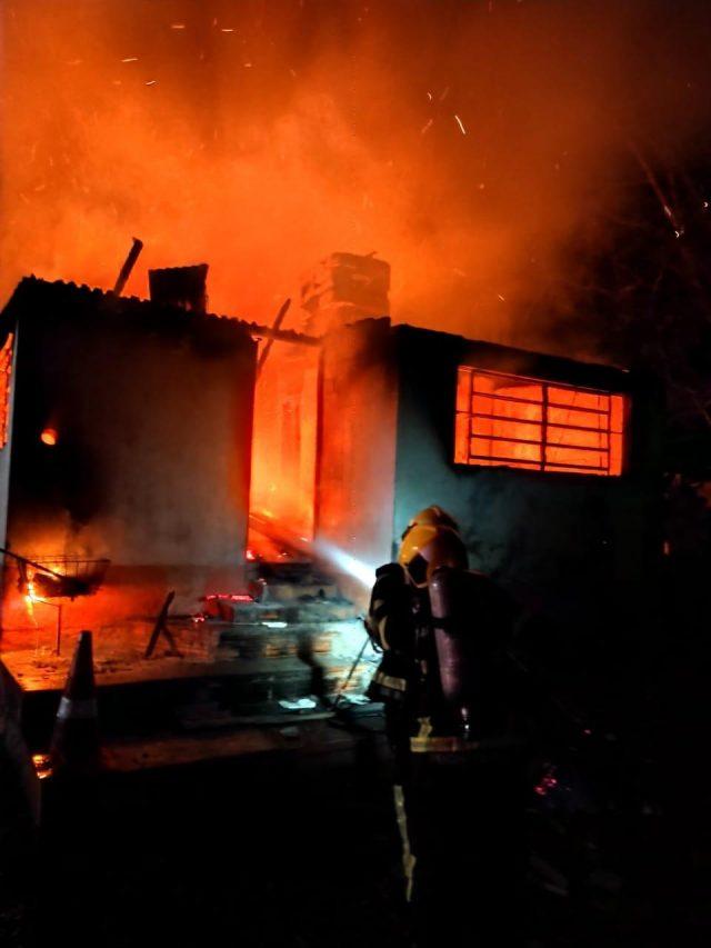Incêndio destrói residência em Criciúma