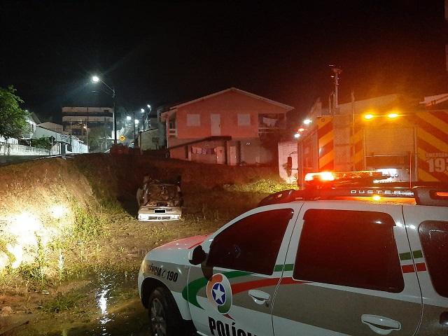 Homem perde controle da direção e capota veículo em terreno baldio em Orleans