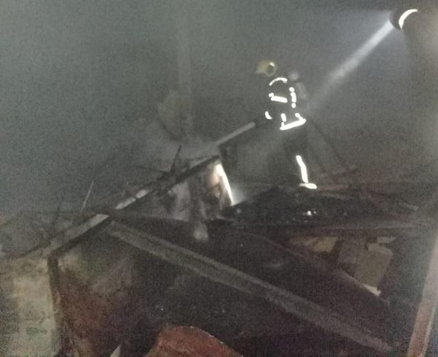 Bombeiros combatem incêndio em imóvel no bairro Barro Vermelho, em Orleans