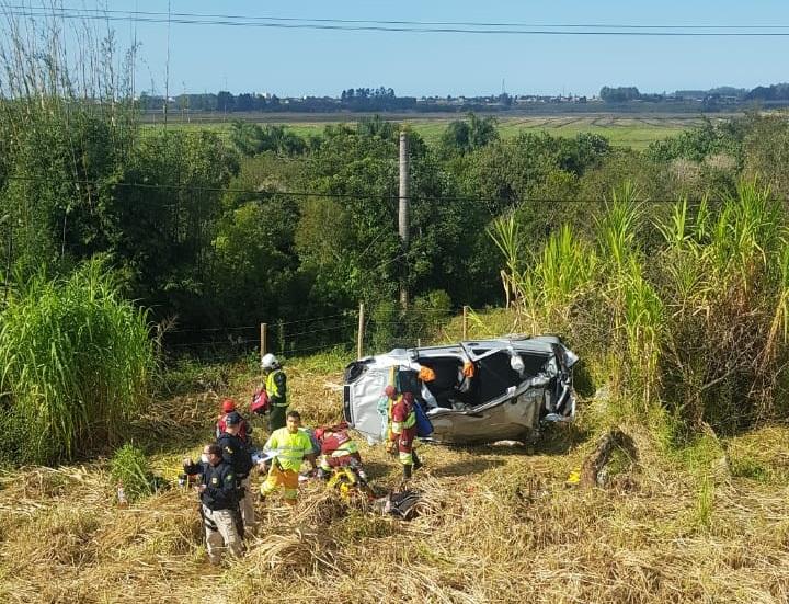Família se envolve em capotamento e uma pessoa morre na BR-101, em Jaguaruna